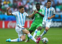 PORTO ALEGRE, BRAZIL - JUNE 25: Federico Fernandez of Argentina challenges Michael Babatunde of Nigeria during the 2014 FIFA World Cup Brazil Group F match between Nigeria and Argentina at Estadio Beira-Rio on June 25, 2014 in Porto Alegre, Brazil.  (Photo by Jeff Gross/Getty Images)